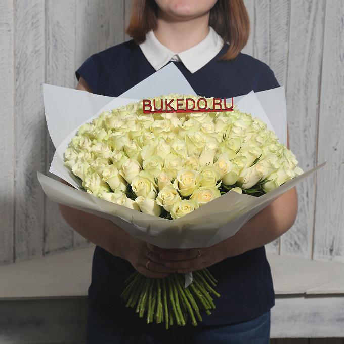 Роза Кения (белый, 40 см) — 101 шт., Белая лента — 1 шт., Упаковка Матовая пленка белая — 1 шт.