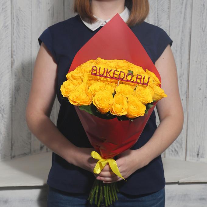 Желтая лента — 1 шт., Упаковка Матовая пленка красная — 1 шт., Роза Кения (желтый, 40 см) — 25 шт.