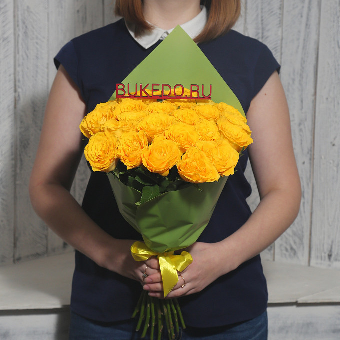 Желтая лента — 1 шт., Упаковка Матовая пленка зеленая — 1 шт., Роза Кения (желтый, 40 см) — 25 шт.