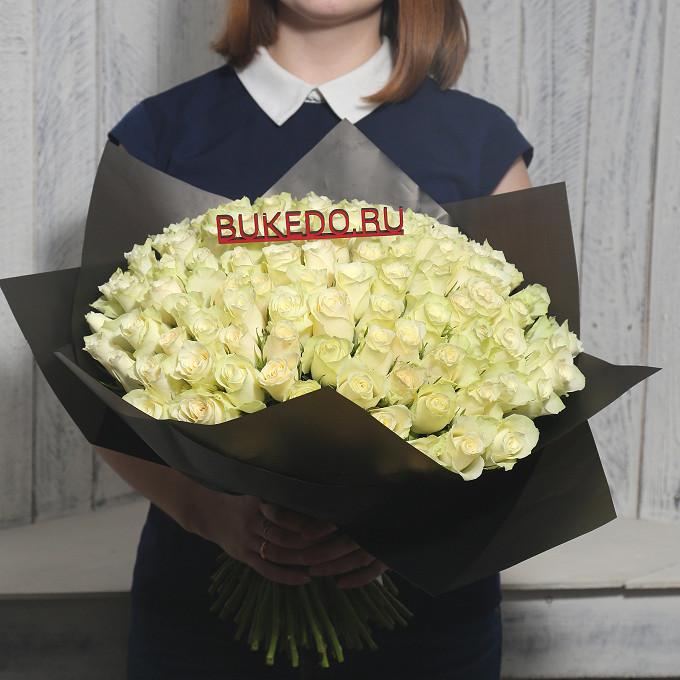 Роза Кения (белый, 40 см) — 101 шт., Белая лента — 1 шт., Упаковка Матовая пленка черная — 1 шт.