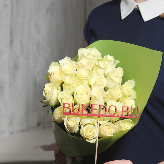 Роза Кения (белый, 40 см) — 25 шт., Белая лента — 1 шт., Упаковка Матовая пленка зеленая — 1 шт.