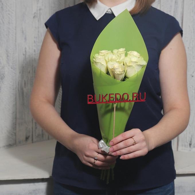 Роза Кения (белый, 40 см) — 7 шт., Белая лента — 1 шт., Упаковка Матовая пленка зеленая — 1 шт.
