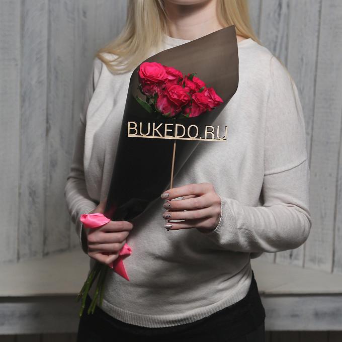 Розовая лента — 1 шт., Упаковка Матовая пленка черная — 1 шт., Роза Кения (ярко-розовый, 50 см) — 7 шт.