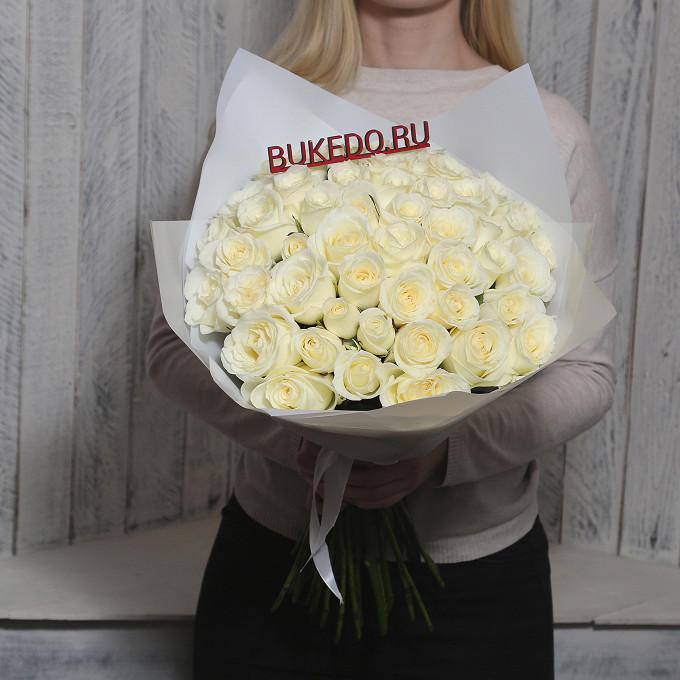 Роза Кения (белый, 50 см) — 51 шт., Белая лента — 1 шт., Упаковка Матовая пленка белая — 1 шт.