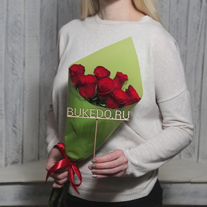 Красная лента — 1 шт., Упаковка Матовая пленка зеленая — 1 шт., Роза Кения (красный, 50 см) — 7 шт.