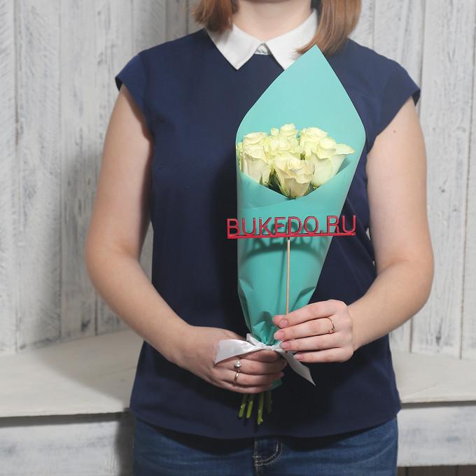 Роза Кения (белый, 40 см) — 7 шт., Белая лента — 1 шт., Упаковка Матовая пленка бирюзовая — 1 шт.