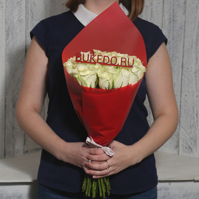Роза Кения (белый, 40 см) — 25 шт., Белая лента — 1 шт., Упаковка Матовая пленка красная — 1 шт.