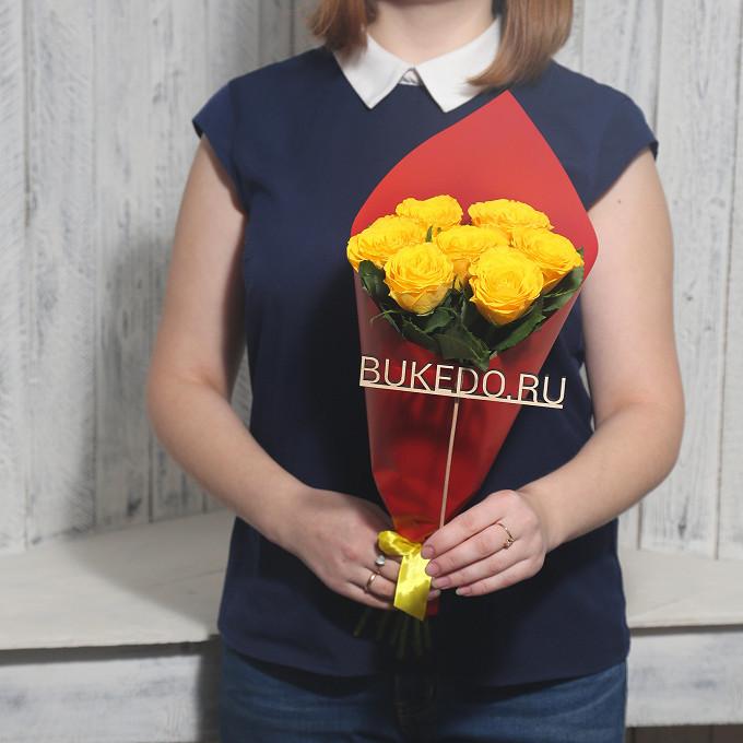 Роза Кения (желтый, 40 см) — 7 шт., Желтая лента — 1 шт., Упаковка Матовая пленка красная — 1 шт.
