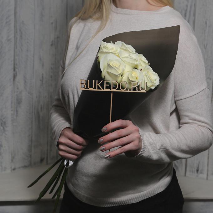 Белая лента — 1 шт., Упаковка Матовая пленка черная — 1 шт., Роза Кения (белый, 50 см) — 7 шт.