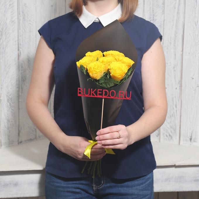 Желтая лента — 1 шт., Упаковка Матовая пленка черная — 1 шт., Роза Кения (желтый, 40 см) — 7 шт.