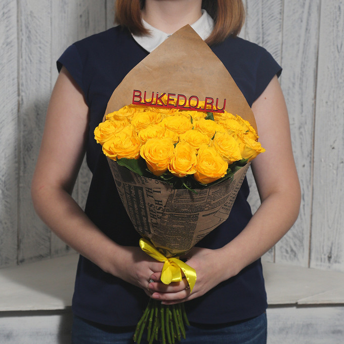Роза Кения (желтый, 40 см) — 25 шт., Желтая лента — 1 шт., Упаковка Крафт-газета — 1 шт.