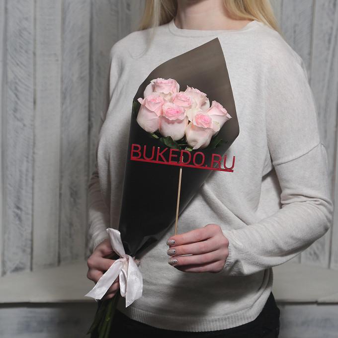 Розовая лента — 1 шт., Упаковка Матовая пленка черная — 1 шт., Роза Кения (нежно-розовый, 50 см) — 7 шт.