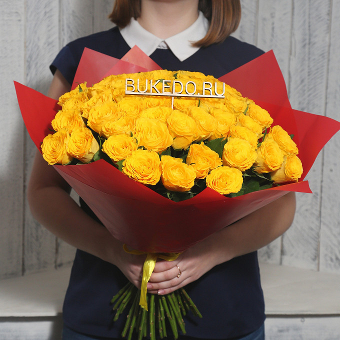 Роза Кения (желтый, 40 см) — 51 шт., Желтая лента — 1 шт., Упаковка Матовая пленка красная — 1 шт.