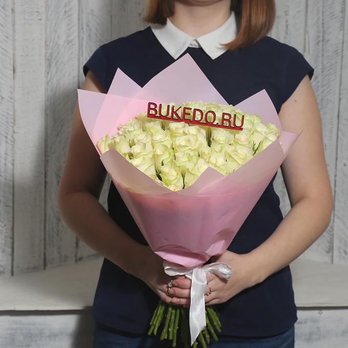 Роза Кения (белый, 40 см) — 51 шт., Белая лента — 1 шт., Упаковка Матовая пленка розовая — 1 шт.