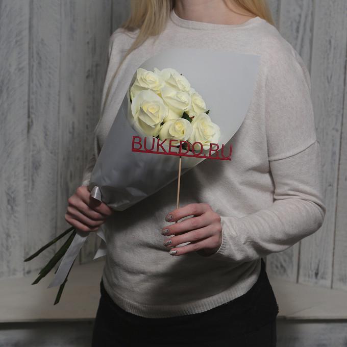 Белая лента — 1 шт., Упаковка Матовая пленка белая — 1 шт., Роза Кения (белый, 50 см) — 7 шт.