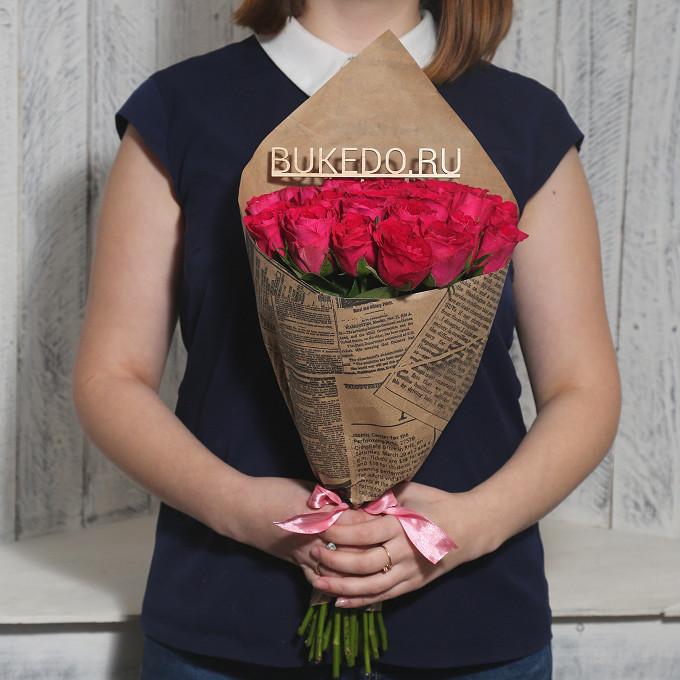 Роза Кения (ярко-розовый, 40 см) — 25 шт., Розовая лента — 1 шт., Упаковка Крафт-газета — 1 шт.