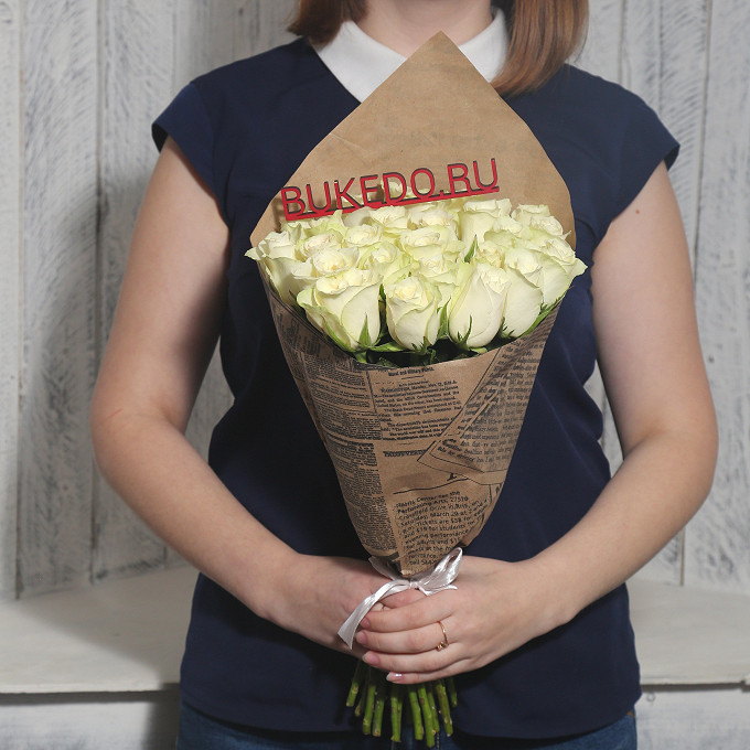 Роза Кения (белый, 40 см) — 25 шт., Белая лента — 1 шт., Упаковка Крафт-газета — 1 шт.
