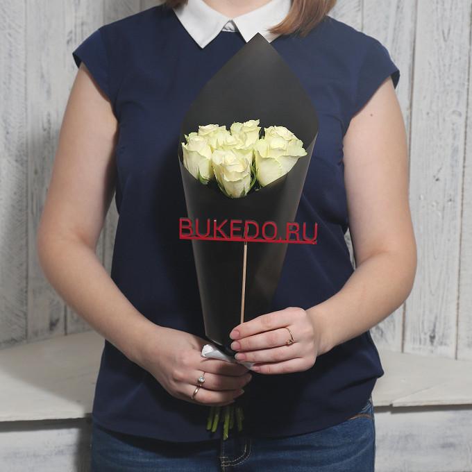 Роза Кения (белый, 40 см) — 7 шт., Белая лента — 1 шт., Упаковка Матовая пленка черная — 1 шт.
