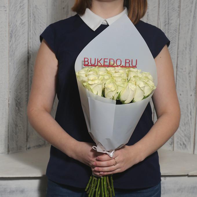 Роза Кения (белый, 40 см) — 25 шт., Белая лента — 1 шт., Упаковка Матовая пленка белая — 1 шт.