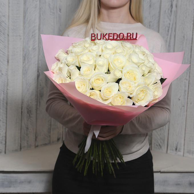 Роза Кения (белый, 50 см) — 51 шт., Белая лента — 1 шт., Упаковка Матовая пленка розовая — 1 шт.