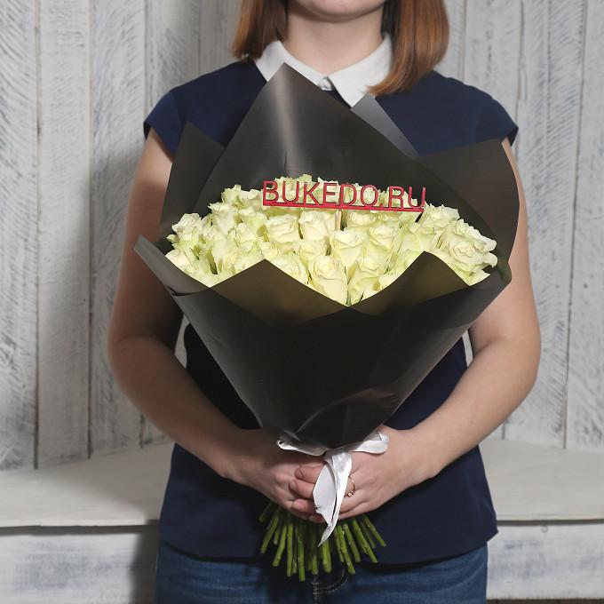 Роза Кения (белый, 40 см) — 51 шт., Белая лента — 1 шт., Упаковка Матовая пленка черная — 1 шт.