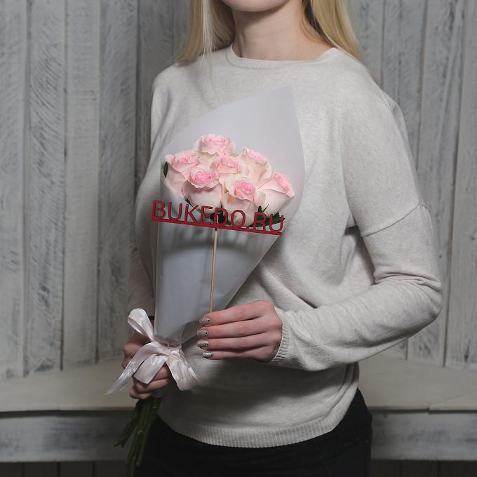 Розовая лента — 1 шт., Упаковка Матовая пленка белая — 1 шт., Роза Кения (нежно-розовый, 50 см) — 7 шт.