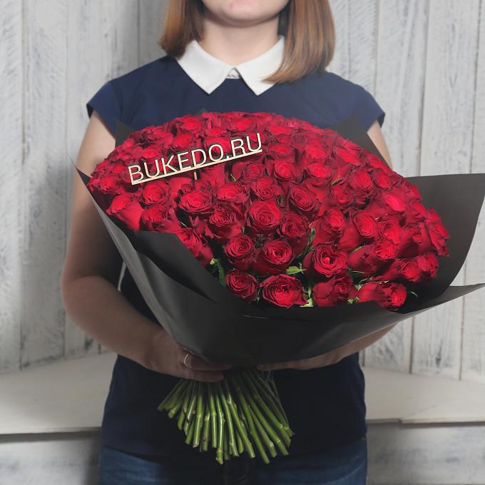 Красная лента — 1 шт., Упаковка Матовая пленка черная — 1 шт., Роза Кения (красный, 40 см) — 101 шт.