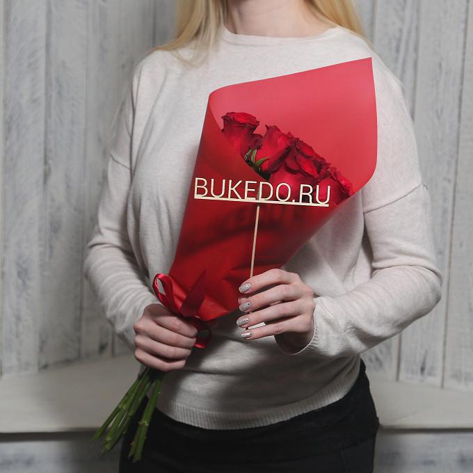 Красная лента — 1 шт., Упаковка Матовая пленка красная — 1 шт., Роза Кения (красный, 50 см) — 7 шт.