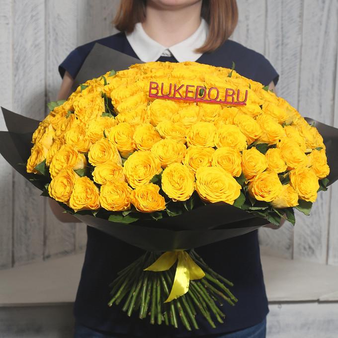Желтая лента — 1 шт., Упаковка Матовая пленка черная — 1 шт., Роза Кения (желтый, 40 см) — 101 шт.