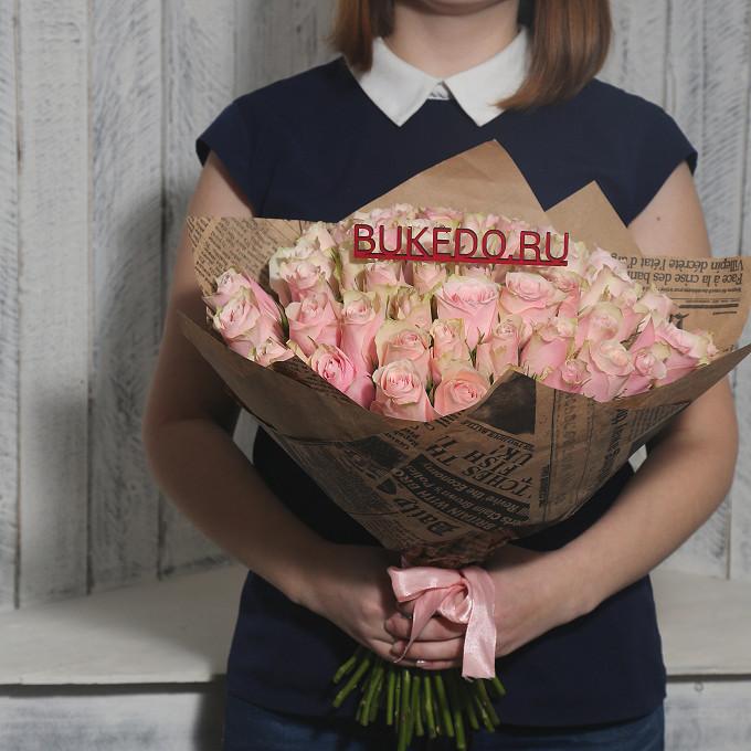 Роза Кения (нежно-розовый, 40 см) — 51 шт., Розовая лента — 1 шт., Упаковка Крафт-газета — 1 шт.