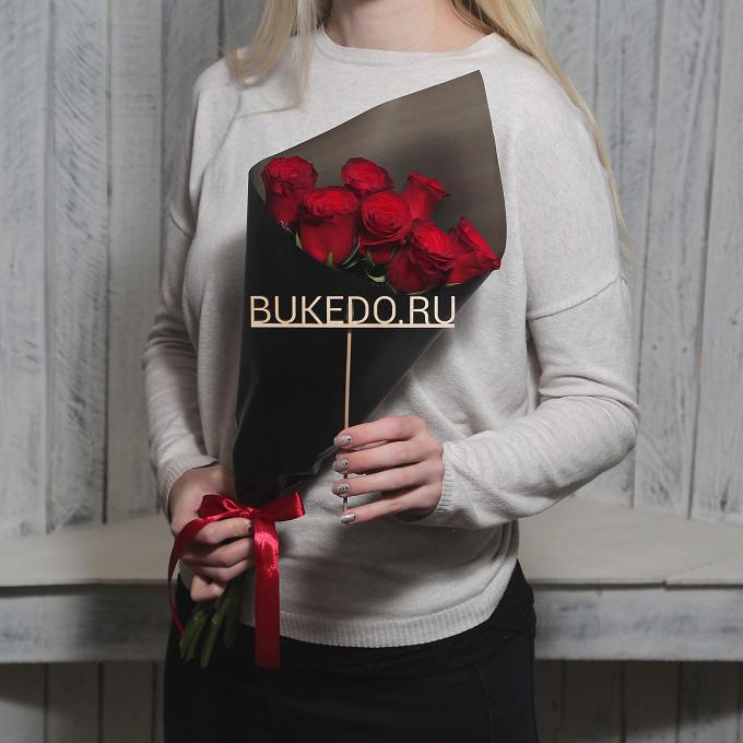 Красная лента — 1 шт., Упаковка Матовая пленка черная — 1 шт., Роза Кения (красный, 50 см) — 7 шт.