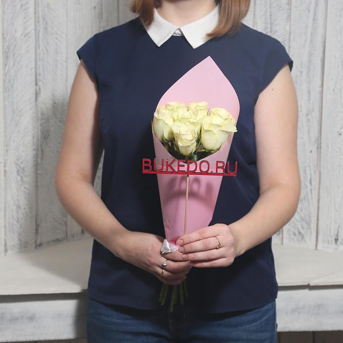 Роза Кения (белый, 40 см) — 7 шт., Белая лента — 1 шт., Упаковка Матовая пленка розовая — 1 шт.
