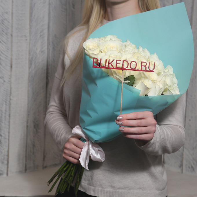 Роза Кения (белый, 50 см) — 25 шт., Белая лента — 1 шт., Упаковка Матовая пленка бирюзовая — 1 шт.