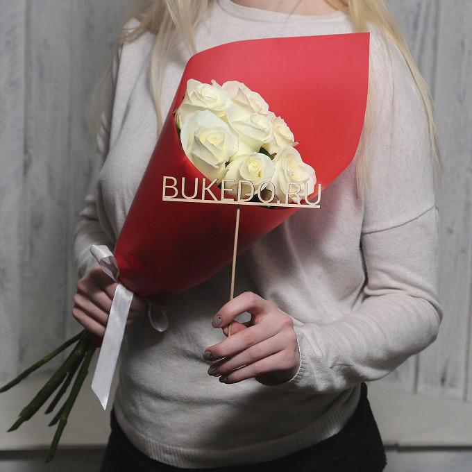 Белая лента — 1 шт., Упаковка Матовая пленка красная — 1 шт., Роза Кения (белый, 50 см) — 7 шт.
