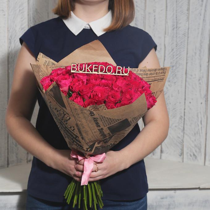 Роза Кения (ярко-розовый, 40 см) — 51 шт., Розовая лента — 1 шт., Упаковка Крафт-газета — 1 шт.