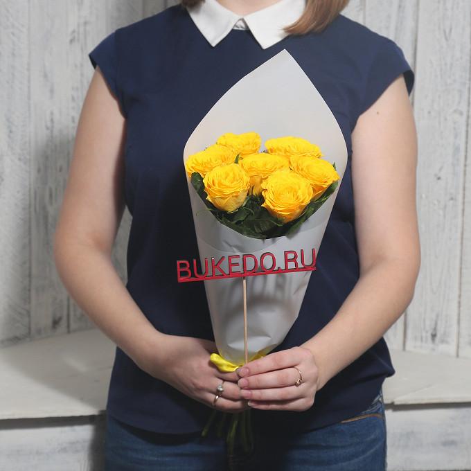 Желтая лента — 1 шт., Упаковка Матовая пленка белая — 1 шт., Роза Кения (желтый, 40 см) — 7 шт.