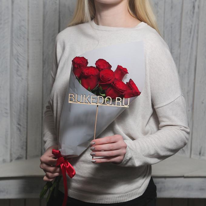 Красная лента — 1 шт., Упаковка Матовая пленка белая — 1 шт., Роза Кения (красный, 50 см) — 7 шт.