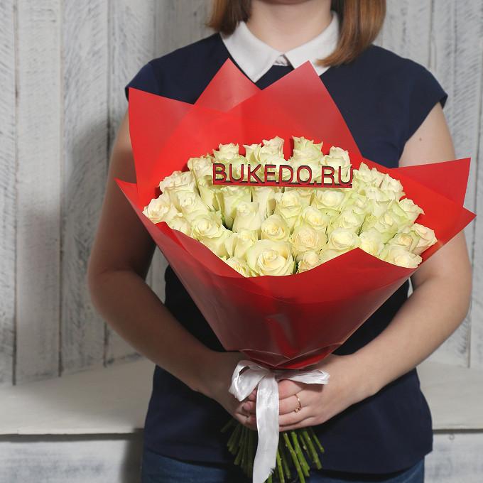 Роза Кения (белый, 40 см) — 51 шт., Белая лента — 1 шт., Упаковка Матовая пленка красная — 1 шт.