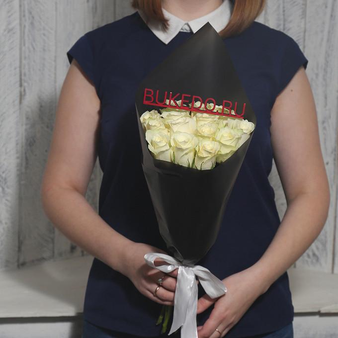 Белая лента — 1 шт., Упаковка Матовая пленка черная — 1 шт., Роза Кения (белый, 40 см) — 15 шт.