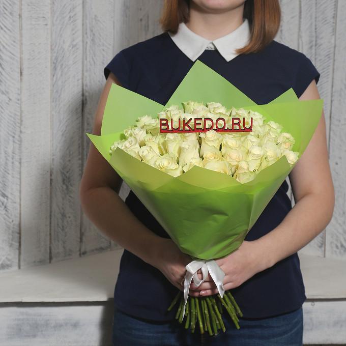 Роза Кения (белый, 40 см) — 51 шт., Белая лента — 1 шт., Упаковка Матовая пленка зеленая — 1 шт.