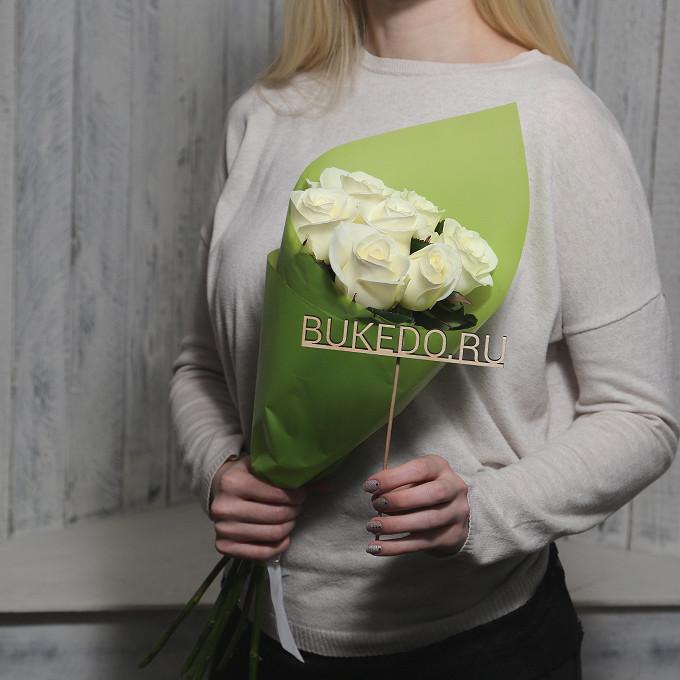 Белая лента — 1 шт., Упаковка Матовая пленка зеленая — 1 шт., Роза Кения (белый, 50 см) — 7 шт.