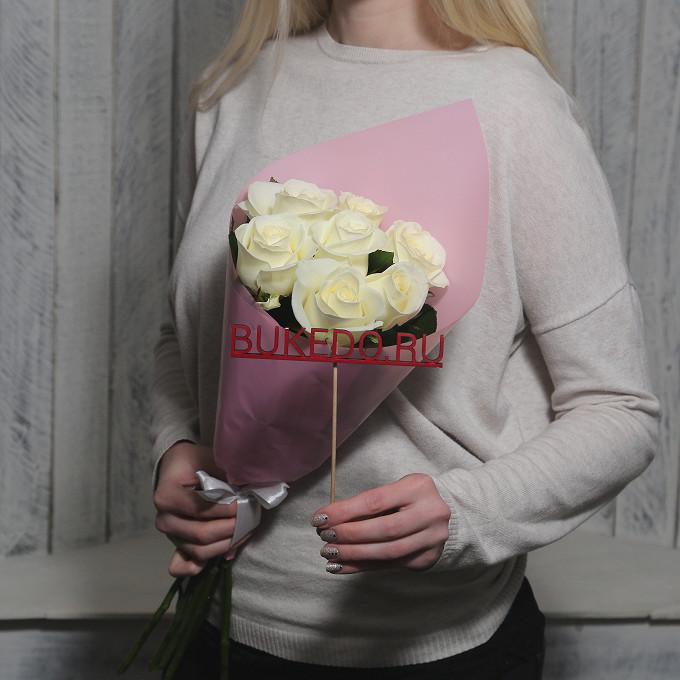 Белая лента — 1 шт., Упаковка Матовая пленка розовая — 1 шт., Роза Кения (белый, 50 см) — 7 шт.