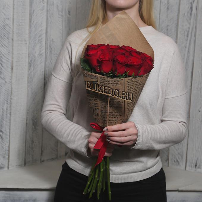 Роза Кения (красный, 50 см) — 15 шт., Красная лента — 1 шт., Упаковка Крафт-газета — 1 шт.