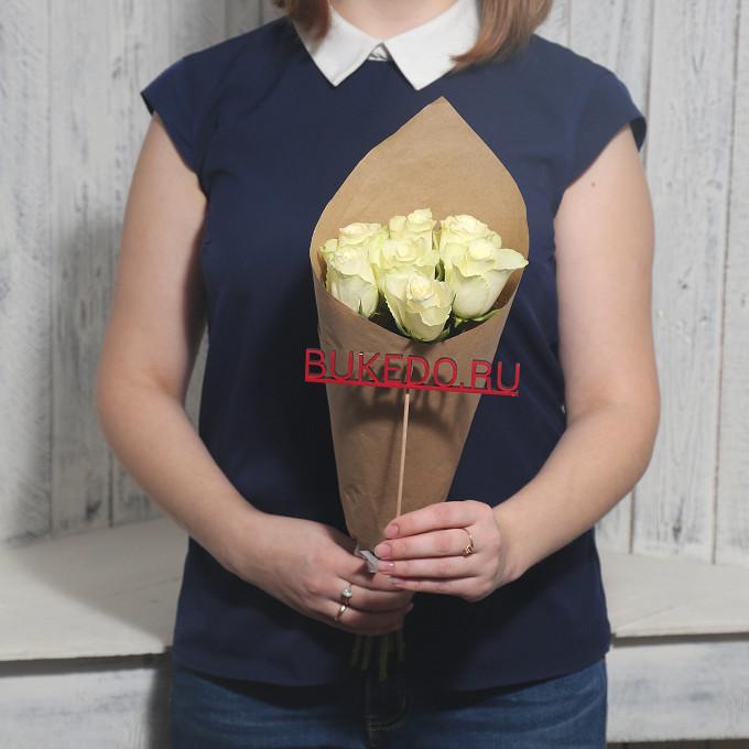 Роза Кения (белый, 40 см) — 7 шт., Белая лента — 1 шт., Упаковка Крафт однотонный — 1 шт.