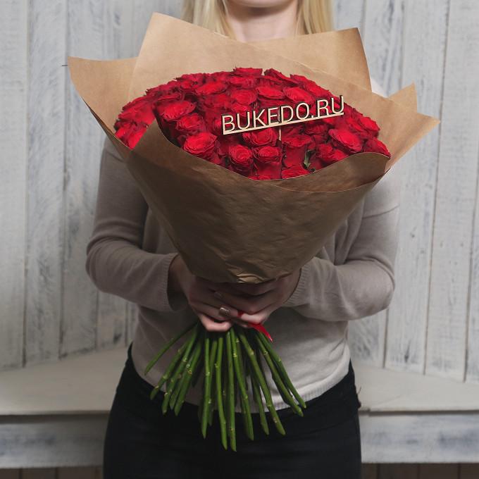 Роза Кения (красный, 50 см) — 51 шт., Красная лента — 1 шт., Упаковка Крафт однотонный — 1 шт.