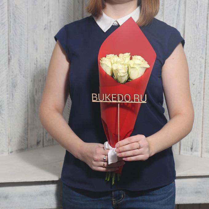 Роза Кения (белый, 40 см) — 7 шт., Белая лента — 1 шт., Упаковка Матовая пленка красная — 1 шт.
