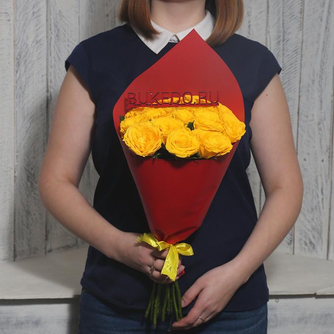 Желтая лента — 1 шт., Упаковка Матовая пленка красная — 1 шт., Роза Кения (желтый, 40 см) — 15 шт.