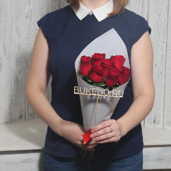 Красная лента — 1 шт., Упаковка Матовая пленка белая — 1 шт., Роза Кения (красный, 40 см) — 7 шт.
