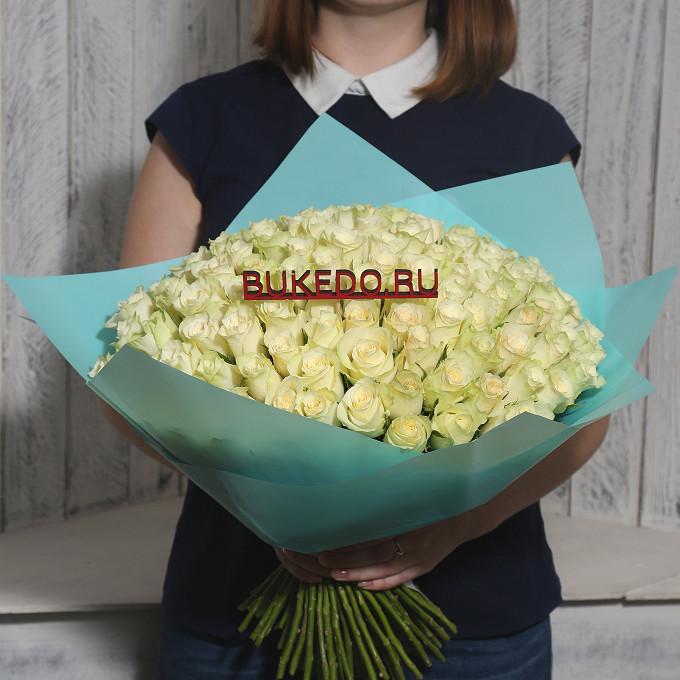 Роза Кения (белый, 40 см) — 101 шт., Белая лента — 1 шт., Упаковка Матовая пленка бирюзовая — 1 шт.