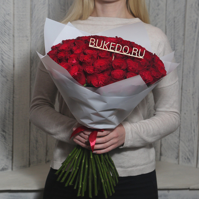 Красная лента — 1 шт., Упаковка Матовая пленка белая — 1 шт., Роза Кения (красный, 50 см) — 51 шт.